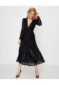 SELF PORTRAIT - Sukienka w cętki lamparta. Kolor: czarny. Materiał: tkanina. Wzór: aplikacja, ażurowy, nadruk. Typ sukienki: kopertowe, rozkloszowane, dopasowane. Styl: klasyczny, elegancki. Długość: maxi