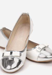 Born2be - Biało-Srebrne Balerinki Wylineva. Nosek buta: okrągły. Zapięcie: bez zapięcia. Kolor: srebrny. Materiał: lakier, skóra ekologiczna. Wzór: gładki. Obcas: na płaskiej podeszwie. Styl: elegancki