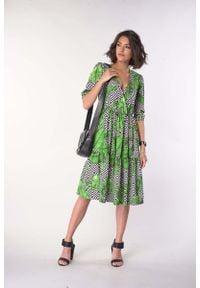Nommo - Sukienka z Falbanką z Kopertowym Dekoltem - Liście. Materiał: wiskoza, poliester. Typ sukienki: kopertowe