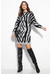 e-margeritka - Sukienka swetrowa ciepła w zebrę szara - s/m. Kolor: szary. Materiał: nylon, wiskoza, materiał, elastan, poliamid. Wzór: motyw zwierzęcy. Typ sukienki: oversize