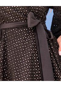 MOTIVE&MORE - Czarna sukienka Iris. Typ kołnierza: kokarda. Kolor: czarny. Materiał: bawełna, materiał. Wzór: aplikacja, haft. Typ sukienki: rozkloszowane, asymetryczne. Styl: klasyczny. Długość: mini