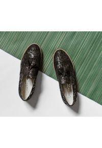 Zapato - wsuwane półbuty z frędzlami - skóra naturalna - model 247 - kolor złote liście. Okazja: do pracy, na imprezę, na spacer. Zapięcie: bez zapięcia. Kolor: złoty. Materiał: skóra. Szerokość cholewki: normalna. Wzór: kwiaty, kratka, kolorowy. Obcas: na obcasie. Styl: klasyczny, elegancki. Wysokość obcasa: niski