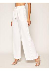 Białe spodnie materiałowe Guess