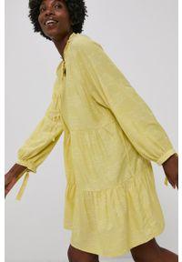 Answear Lab - Sukienka. Kolor: żółty. Materiał: tkanina. Długość rękawa: długi rękaw. Styl: wakacyjny