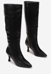 Born2be - Czarne Kozaki Caeochis. Wysokość cholewki: przed kolano. Nosek buta: szpiczasty. Zapięcie: zamek. Kolor: czarny. Szerokość cholewki: normalna. Wzór: gładki, aplikacja. Obcas: na obcasie. Wysokość obcasa: średni