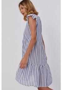 Answear Lab - Sukienka. Kolor: niebieski. Materiał: tkanina. Długość rękawa: krótki rękaw. Styl: wakacyjny