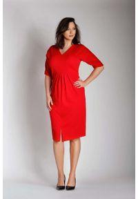 Nommo - Czerwona Sukienka w Serek z Efektownym Marszczeniem w Talii PLUS SIZE. Typ kołnierza: dekolt w serek. Kolekcja: plus size. Kolor: czerwony. Materiał: wiskoza, poliester. Typ sukienki: dla puszystych