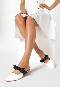 Born2be - Białe Klapki Bird Of Paradise. Kolor: biały. Materiał: bawełna, jeans. Wzór: gładki, ażurowy. Sezon: lato. Obcas: na obcasie. Wysokość obcasa: niski