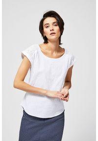 Biała koszula MOODO z krótkim rękawem, z koszulowym kołnierzykiem, w koronkowe wzory, krótka