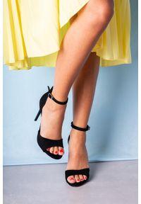 Casu - Czarne sandały szpilki z zakrytą piętą i paskiem wokół kostki casu 1590/1. Nosek buta: otwarty. Zapięcie: pasek. Kolor: czarny. Obcas: na szpilce. Styl: elegancki. Wysokość obcasa: wysoki