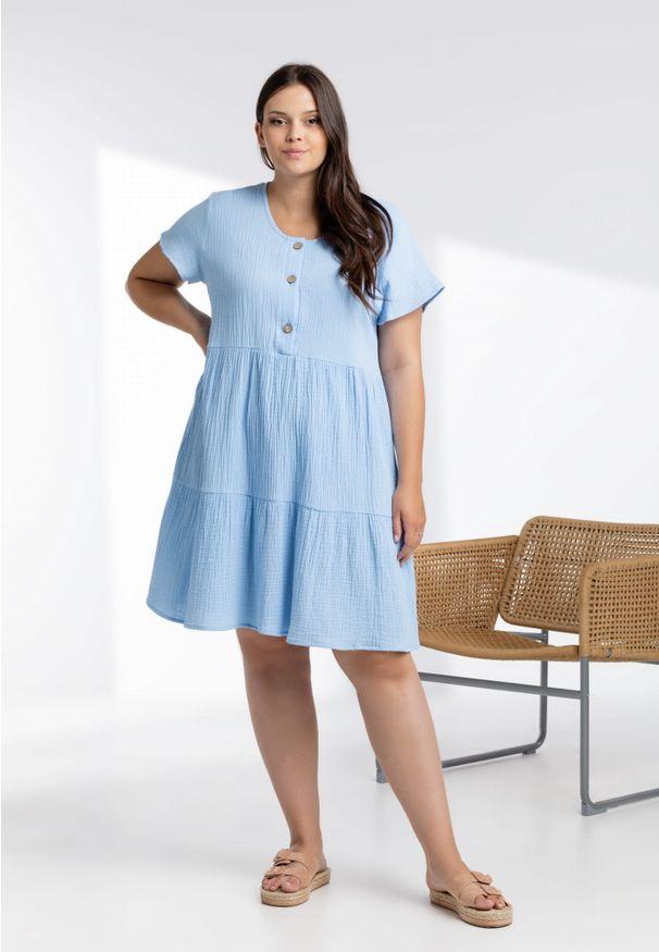 Moda Size Plus Iwanek - Błękitna sukienka Scarlett z muślinu XXL OVERSIZE LATO. Okazja: do pracy, na imprezę. Kolor: niebieski. Materiał: elastan, materiał, bawełna. Sezon: lato. Typ sukienki: oversize. Długość: midi