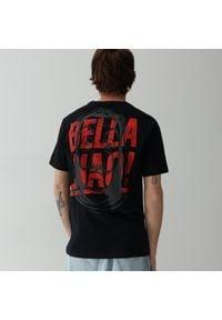 Reserved - T-shirt LA CASA DE PAPEL - Czarny. Kolor: czarny