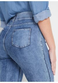 Niebieskie jeansy bonprix z nadrukiem