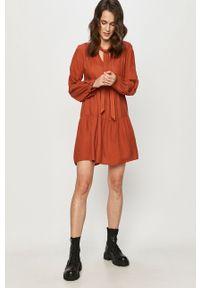 Brązowa sukienka Answear Lab wakacyjna, mini, prosta, z długim rękawem