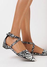 Born2be - Czarne Wężowe Sandały Phiamene. Nosek buta: szpiczasty. Zapięcie: pasek. Kolor: czarny. Materiał: skóra. Wzór: aplikacja, nadruk. Obcas: na obcasie. Styl: elegancki. Wysokość obcasa: niski