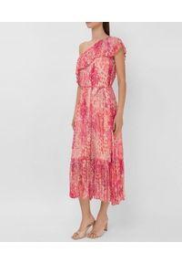TwinSet - Sukienka z krepony w kwiaty na jedno ramię Twinset. Kolor: różowy. Materiał: tkanina, poliester. Wzór: kwiaty. Typ sukienki: dopasowane. Styl: klasyczny