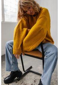 Marsala - Sweter oversize z bufiastym rękawem musztardowy - RIVERO BY MARSALA. Okazja: na co dzień. Kolor: żółty. Materiał: wełna, akryl. Sezon: zima, jesień. Styl: casual