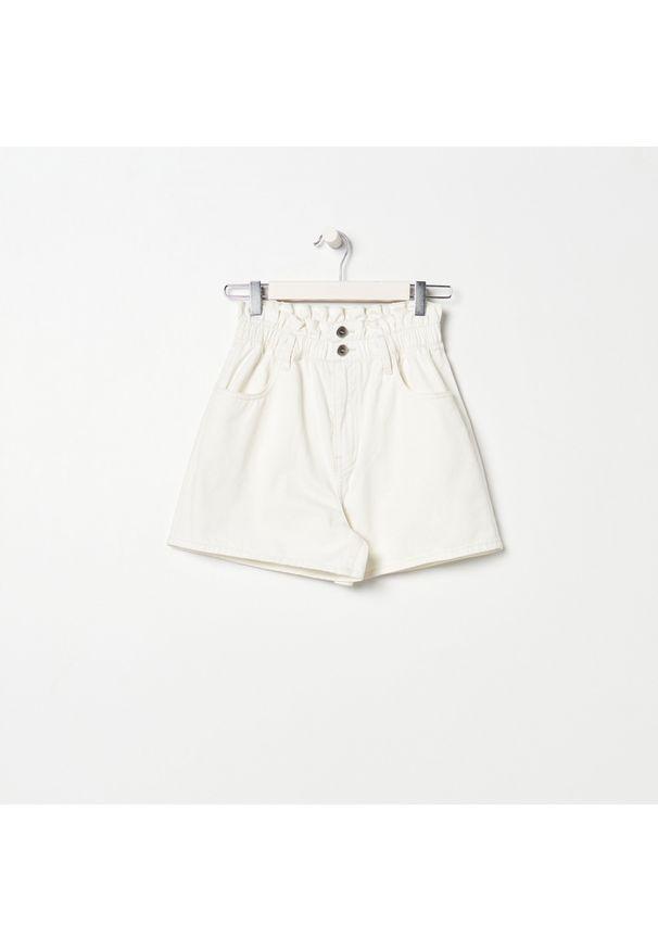 Sinsay - Szorty jeansowe paperbag - Kremowy. Kolor: kremowy. Materiał: jeans