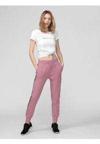Różowe spodnie dresowe 4f