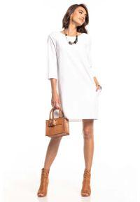 Tessita - Biała Luźna Sukienka Marszczona na Plecach. Kolor: biały. Materiał: bawełna, elastan