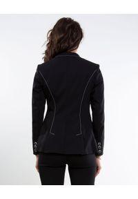 CATERINA - Czarny żakiet o dłuższym kroju. Okazja: do pracy, na spotkanie biznesowe. Kolor: czarny. Materiał: tkanina. Długość: długie. Wzór: kratka, aplikacja. Styl: biznesowy, sportowy, elegancki