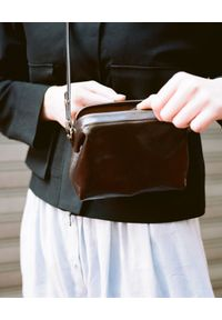 BALAGAN - Brązowa mała torebka ROFE S. Kolor: brązowy. Rozmiar: małe. Styl: vintage, elegancki, casual. Rodzaj torebki: na ramię