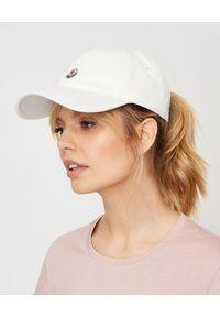 MONCLER - Biała czapka z logo. Kolor: biały. Materiał: bawełna. Wzór: aplikacja