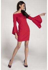 Nommo - Czerwona Ołówkowa Krótka Sukienka Asymetryczną Falbanką. Kolor: czerwony. Materiał: wiskoza, poliester. Typ sukienki: asymetryczne, ołówkowe. Długość: mini