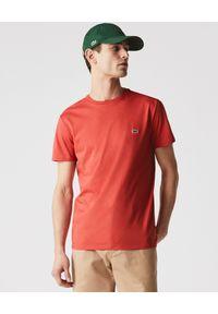 Lacoste - LACOSTE - Czerwony t-shirt z logo. Kolor: czerwony. Materiał: bawełna. Wzór: haft, aplikacja. Styl: sportowy, klasyczny