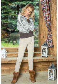 Biały sweter oversize Fobya w kolorowe wzory