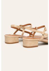 Beżowe sandały ANSWEAR na klamry