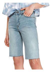 TOP SECRET - Denimowe szorty damskie przed kolano. Okazja: na plażę. Kolor: niebieski. Materiał: tkanina, jeans. Sezon: lato. Styl: klasyczny, sportowy