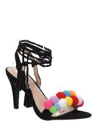Czarne sandały Casu eleganckie, w kolorowe wzory, na lato