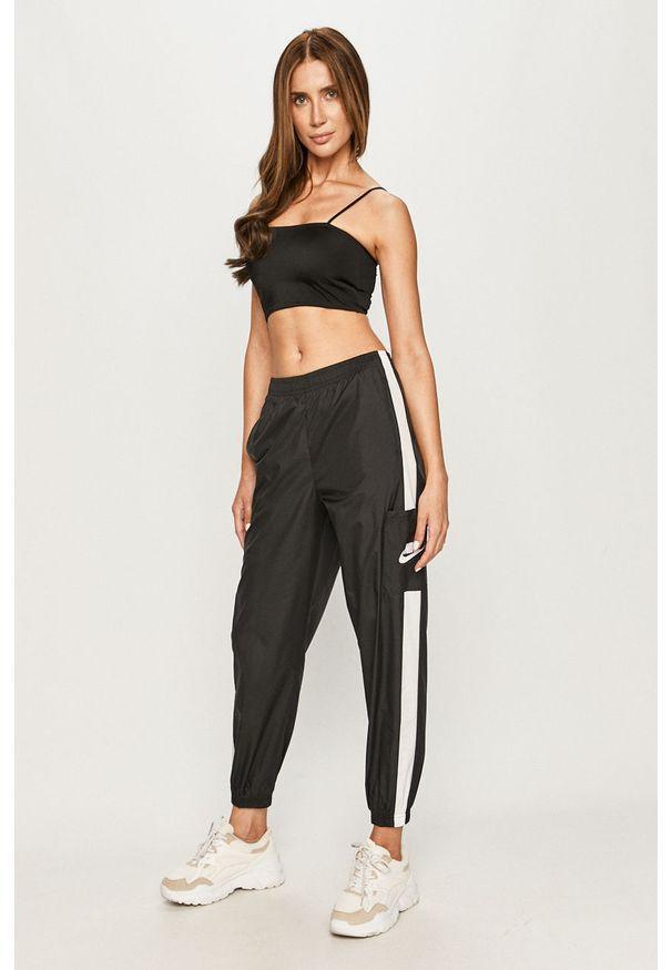 Czarne spodnie materiałowe Nike Sportswear z aplikacjami