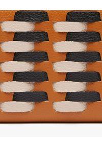 Coccinelle - COCCINELLE - Duży portfel ze skóry Metallic Infilature. Kolor: brązowy. Materiał: skóra