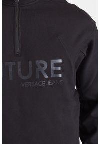 Versace Jeans - CZARNA BLUZA VERSACE JEANS Z NAPISEM. Kolor: czarny. Materiał: bawełna. Wzór: napisy