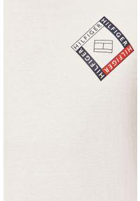 Biały t-shirt TOMMY HILFIGER casualowy, z nadrukiem
