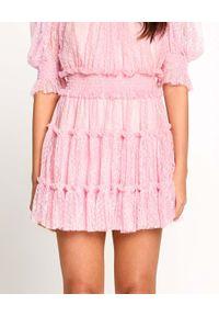 ALICE MCCALL - Różowa sukienka Ily z marszczeniami. Okazja: na imprezę, na randkę. Kolor: różowy, wielokolorowy, fioletowy. Materiał: koronka. Wzór: koronka. Sezon: lato. Długość: midi
