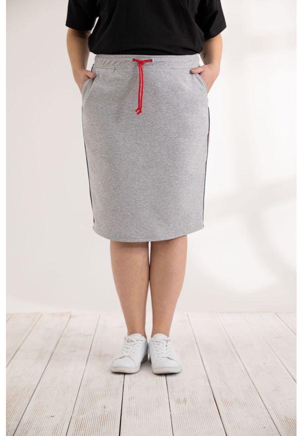 Moda Size Plus Iwanek - Szara krótka dresowa spódnica Bea XXL OVERSIZE WIOSNA. Okazja: na co dzień, do pracy, na spotkanie biznesowe. Kolor: szary. Materiał: dresówka. Długość: krótkie. Wzór: gładki. Sezon: wiosna. Styl: casual, biznesowy, klasyczny