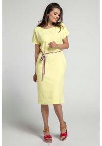 Nommo - Żółta Prosta Sukienka Midi Przewiązana Kolorowym Sznurkiem. Kolor: żółty. Materiał: bawełna. Wzór: kolorowy. Typ sukienki: proste. Długość: midi