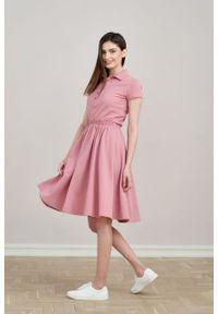 Marie Zélie - Sukienka Polo z gumką pąsowy róż krótki rękaw. Okazja: do pracy, na co dzień. Typ kołnierza: polo. Kolor: czerwony, różowy, wielokolorowy. Materiał: bawełna, dzianina, materiał. Długość rękawa: krótki rękaw. Typ sukienki: proste, sportowe. Styl: wakacyjny, sportowy, klasyczny, casual