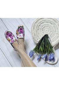 Zapato - kwiatowe mokasyny damskie - skóra naturalna - model 001 – kolor różowe kwiaty. Zapięcie: bez zapięcia. Kolor: różowy. Materiał: skóra. Wzór: kwiaty. Sezon: lato, wiosna. Obcas: na obcasie. Styl: klasyczny. Wysokość obcasa: niski