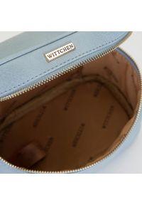 Wittchen - Damska kosmetyczka kuferek mała. Kolor: niebieski. Materiał: skóra ekologiczna. Wzór: kolorowy, aplikacja