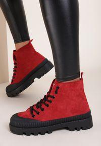 Renee - Czerwone Traperki Rhelnara. Wysokość cholewki: za kostkę. Kolor: czerwony. Materiał: jeans, zamsz. Wzór: ażurowy. Styl: sportowy