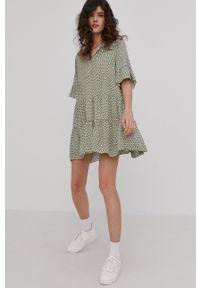 Answear Lab - Sukienka. Kolor: zielony. Materiał: tkanina. Długość rękawa: krótki rękaw. Typ sukienki: rozkloszowane. Styl: wakacyjny