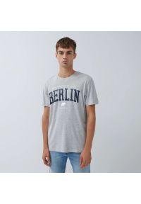 House - Koszulka z nadrukiem Berlin - Jasny szary. Kolor: szary. Wzór: nadruk