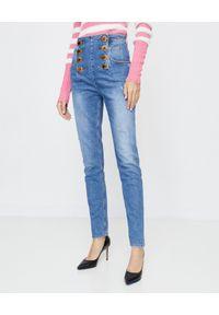 Balmain - BALMAIN - Jeansy z wysokim stanem. Stan: podwyższony. Kolor: niebieski. Wzór: aplikacja. Styl: elegancki