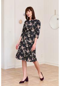 Marie Zélie - Sukienka Asteria Fascinata. Materiał: bawełna, materiał, elastan, tkanina, skóra. Wzór: kwiaty, gładki, aplikacja. Typ sukienki: trapezowe. Styl: klasyczny