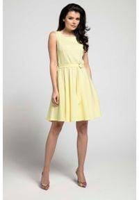 Nommo - Żółta Rozkloszowana Sukienka bez Rękawów z Ozdobnym Paskiem. Kolor: żółty. Materiał: wiskoza, poliester. Długość rękawa: bez rękawów