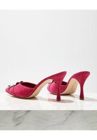 MANOLO BLAHNIK - Różowe mule Salavora. Zapięcie: klamry. Kolor: różowy, wielokolorowy, fioletowy. Materiał: zamsz. Wzór: kwiaty. Obcas: na obcasie. Wysokość obcasa: średni